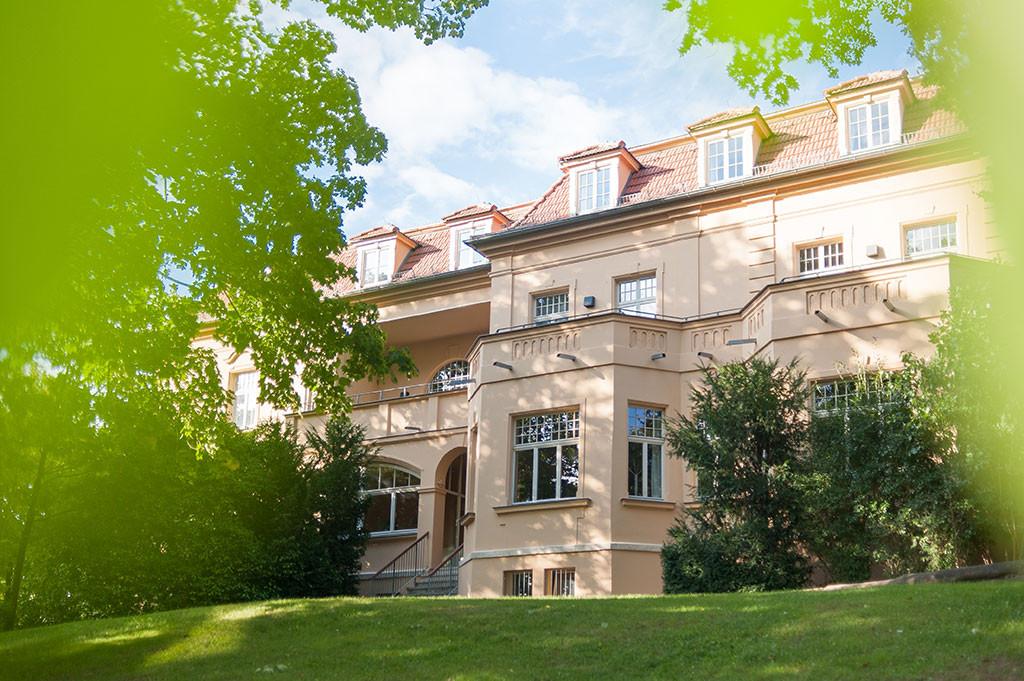Gelbe Villa mit Seminarräumen der EJBW
