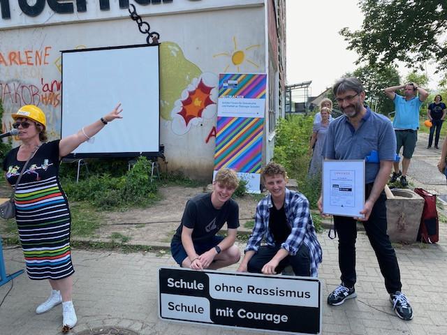 Titelverleihung an der Staatlichen Gemeinschaftsschule Jenaplanschule in Weimar mit Direktorin, stellv. Direktor und den aktiven Schülern